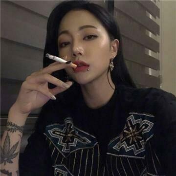 好看的超拽霸气社会姐抽烟纹身女生qq头像